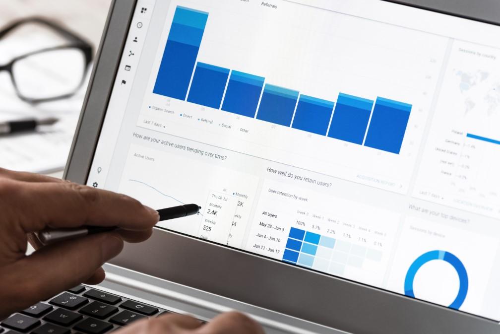 Jak poprawnie interpretować dane o skuteczności źródeł ruchu w Google Analytics